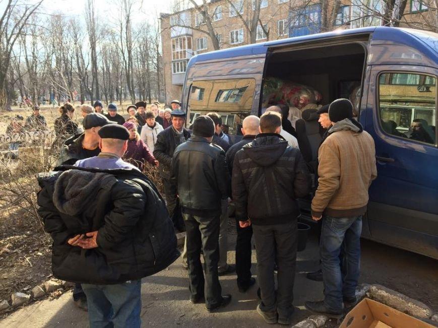 Волонтеры раздали авдеевцам хлеб и продукты (фото), фото-9
