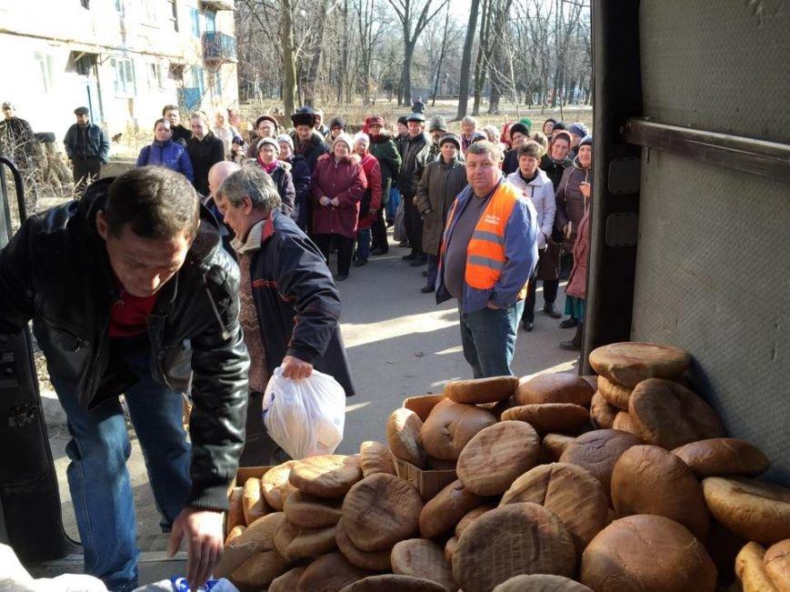Волонтеры раздали авдеевцам хлеб и продукты (фото), фото-3