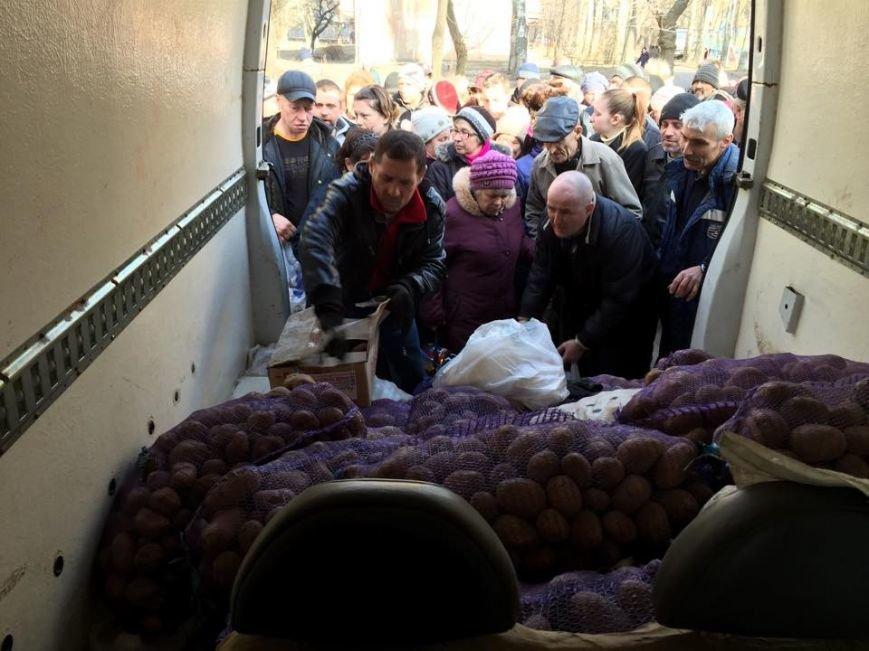 Волонтеры раздали авдеевцам хлеб и продукты (фото), фото-11