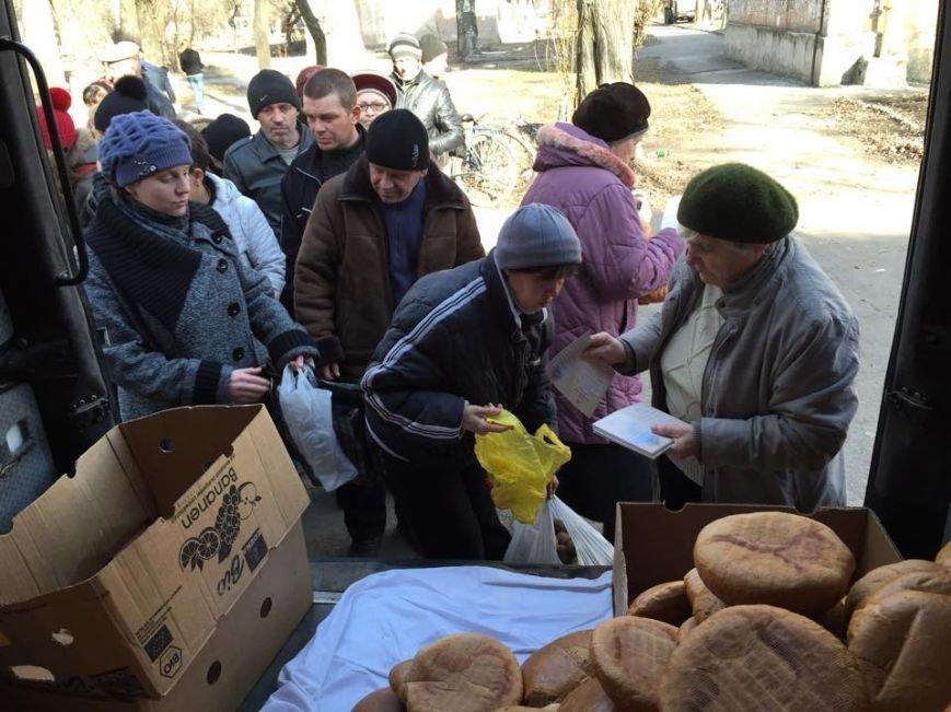 Волонтеры раздали авдеевцам хлеб и продукты (фото), фото-5