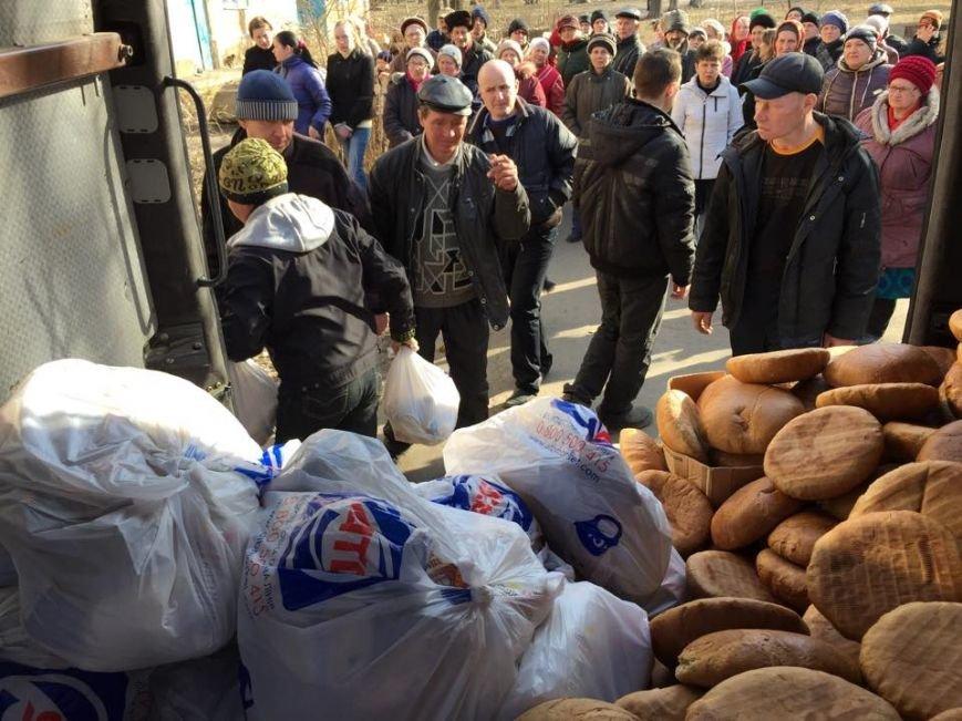 Волонтеры раздали авдеевцам хлеб и продукты (фото), фото-1