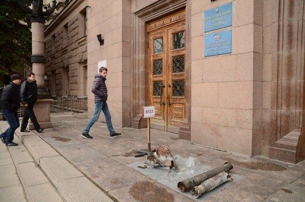 Николаевцы принесли осколки «Градов» под стены мэрии (ФОТО) (фото) - фото 1