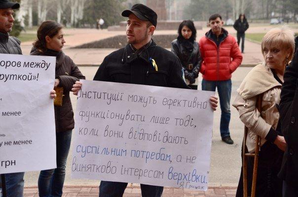 Николаевцы устроили пикет под стенами горсовета: требуют признать Россию страной-агрессором (ФОТО) (фото) - фото 3