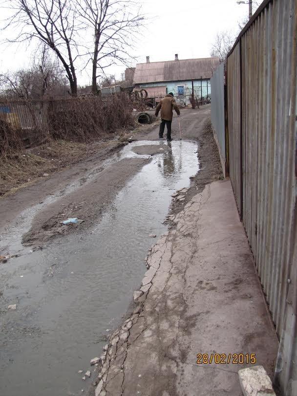 В Мариуполе дорогу в Ильичевский райотдел превратили в «фекальную Венецию» (ФОТО) (фото) - фото 2