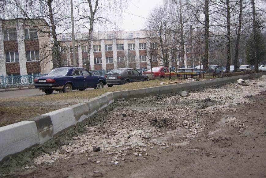 У Тернополі на вул. Чубинського комунальники встановили нові бордюри (фото) (фото) - фото 1