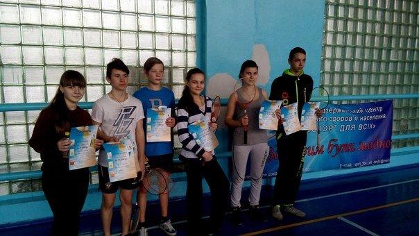 В Днепродзержинске прошли соревнования по бадминтону среди школьников (фото) - фото 1