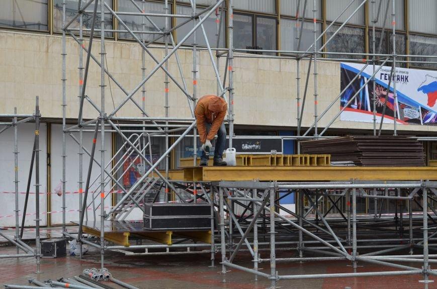 В Симферополе устанавливают сцену к праздничному концерту. Дождь не помеха (ФОТОФАКТ), фото-3