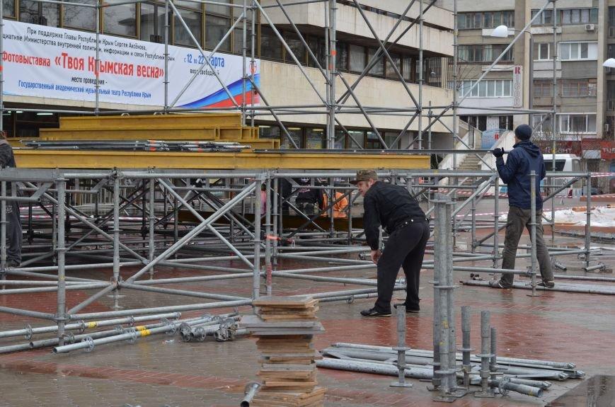 В Симферополе устанавливают сцену к праздничному концерту. Дождь не помеха (ФОТОФАКТ), фото-1