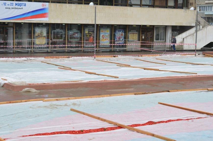 В Симферополе устанавливают сцену к праздничному концерту. Дождь не помеха (ФОТОФАКТ), фото-5