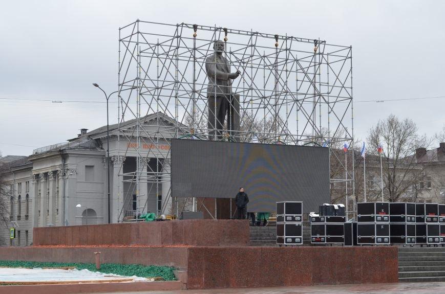 В Симферополе устанавливают сцену к праздничному концерту. Дождь не помеха (ФОТОФАКТ), фото-4