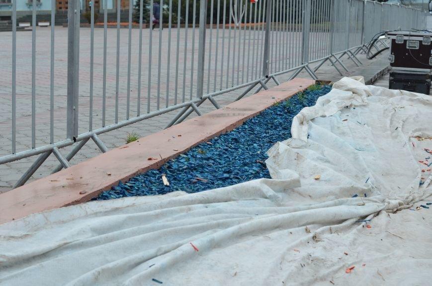 Центральную площадь Симферополя засыпали цветными опилками (ФОТО), фото-3
