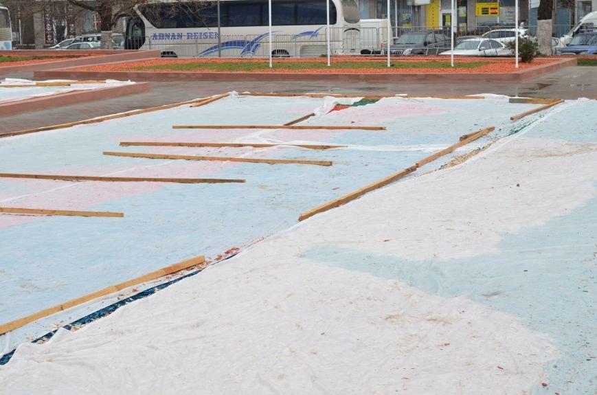 Центральную площадь Симферополя засыпали цветными опилками (ФОТО), фото-2