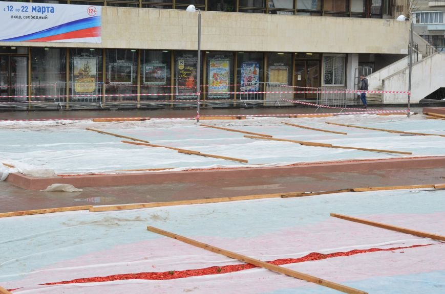 Центральную площадь Симферополя засыпали цветными опилками (ФОТО), фото-1