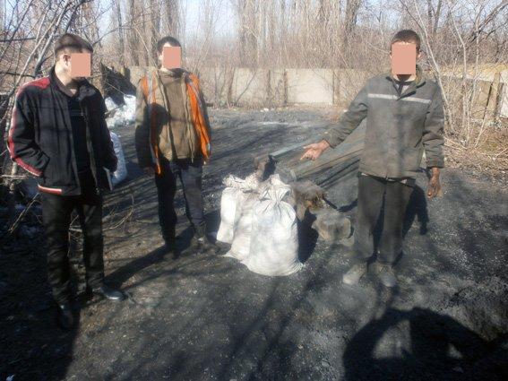 На железнодорожной станции Доброполье правоохранители предотвратили кражу четырех тонн угля (ФОТО) (фото) - фото 2