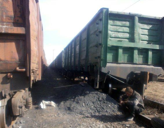 На железнодорожной станции Доброполье правоохранители предотвратили кражу четырех тонн угля (ФОТО) (фото) - фото 5
