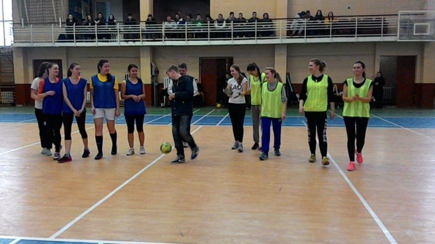 В Днепропетровске девушки-будущие строители сыграли в мини-футбол (ФОТО), фото-2