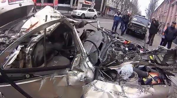 В центре Донецка танк раздавил легковушку (ФОТО, ВИДЕО) (фото) - фото 2