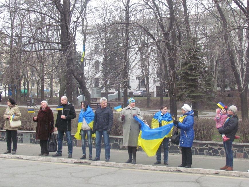 Мариупольцы стали живой цепью вокруг Драмтеатра ради мира в Украине (ФОТО+ВИДЕО), фото-13