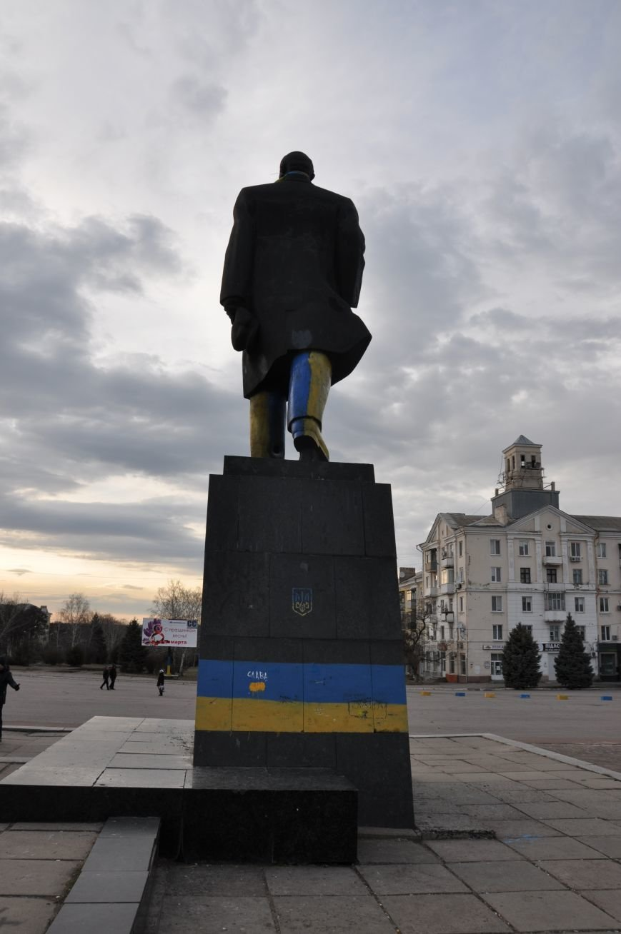 Неизвестные повредили памятник Ленину в Краматорске (ФОТО и ВИДЕО), фото-1