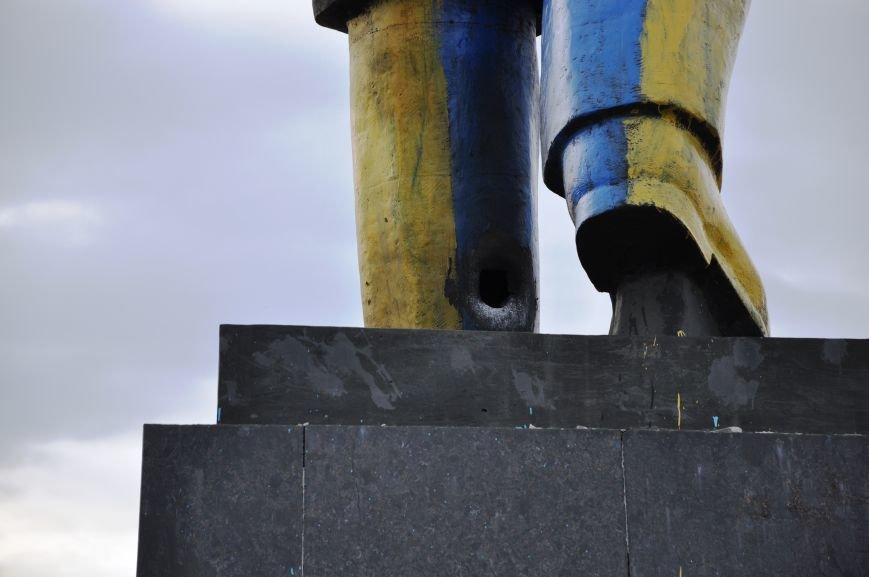 Неизвестные повредили памятник Ленину в Краматорске (ФОТО и ВИДЕО), фото-2