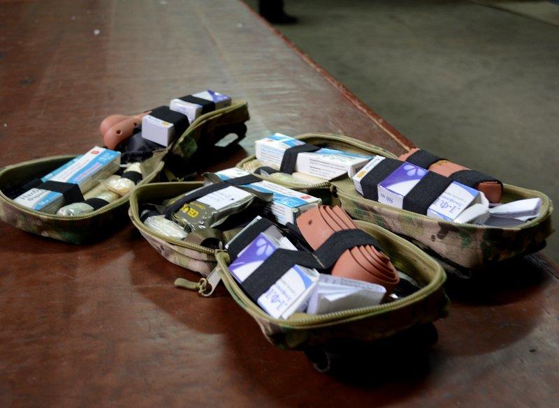 Николаевские «Крылья Феникса» снабдили отечественными аптечками военных (фото) - фото 2
