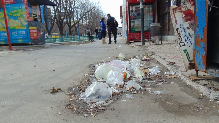 Мариупольцам с помощью ветра удалось превратить центр города в мусорный хаос (ФОТОФАКТ) (фото) - фото 1
