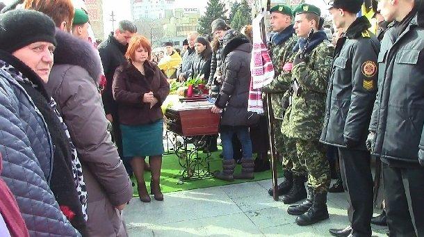 Сьогодні у Черкасах відбулось прощання з загиблим в зоні АТО Героєм (фото) - фото 2