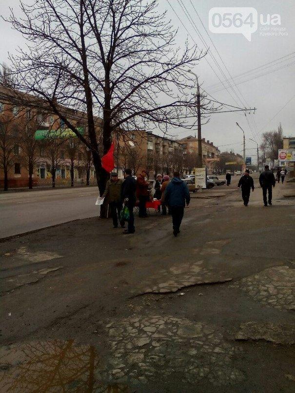 В Кривом Роге: активисты троллили сепаратистов, рокеры сыграли концерт для раненых бойцов, прохожий остановил агитацию коммунистов (фото) - фото 3