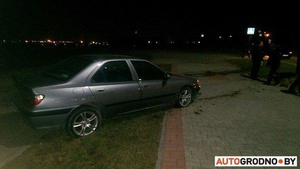 На Ольшанке автомобиль «Пежо», удирая от ГАИ на скорости 120 км/ч, перевернулся (фото) - фото 2
