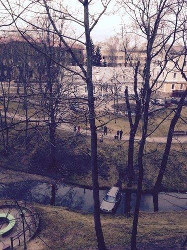 Фотофакт: в центре Гродно в речку съехал «Пежо» (фото) - фото 2