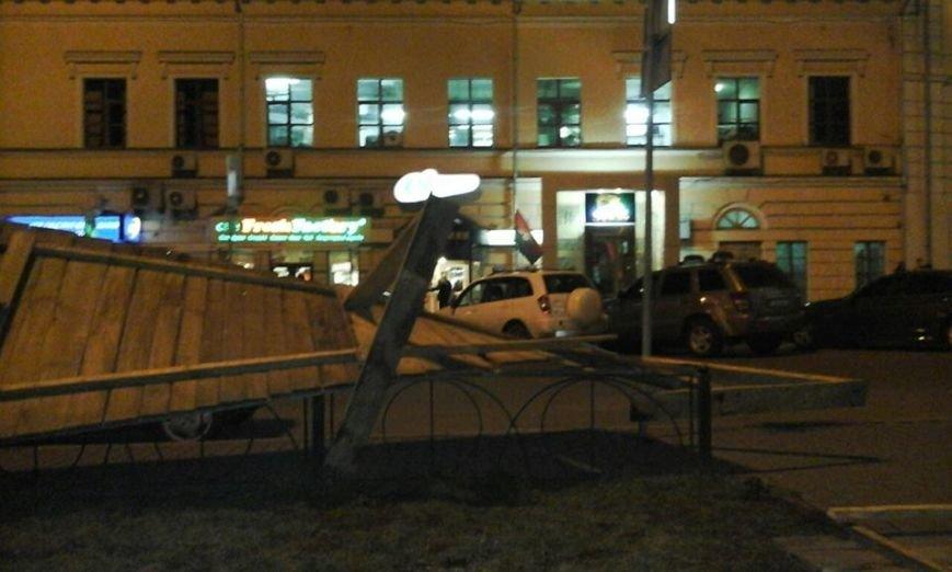 Активисты сломали строительный забор на Контрактовой площади (ФОТОФАКТ), фото-1