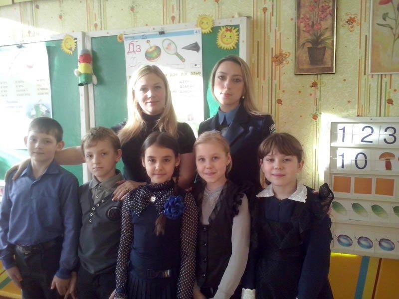 Добропольские правоохранители во всех школах провели лекции, направленные на воспитание патриотизма (фото) - фото 1