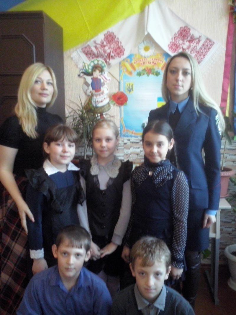 Добропольские правоохранители во всех школах провели лекции, направленные на воспитание патриотизма (фото) - фото 2