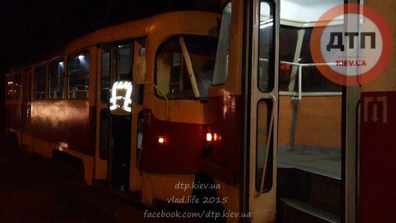 В Киеве столкнулись два трамвая, есть пострадавшие (ФОТО) (фото) - фото 1