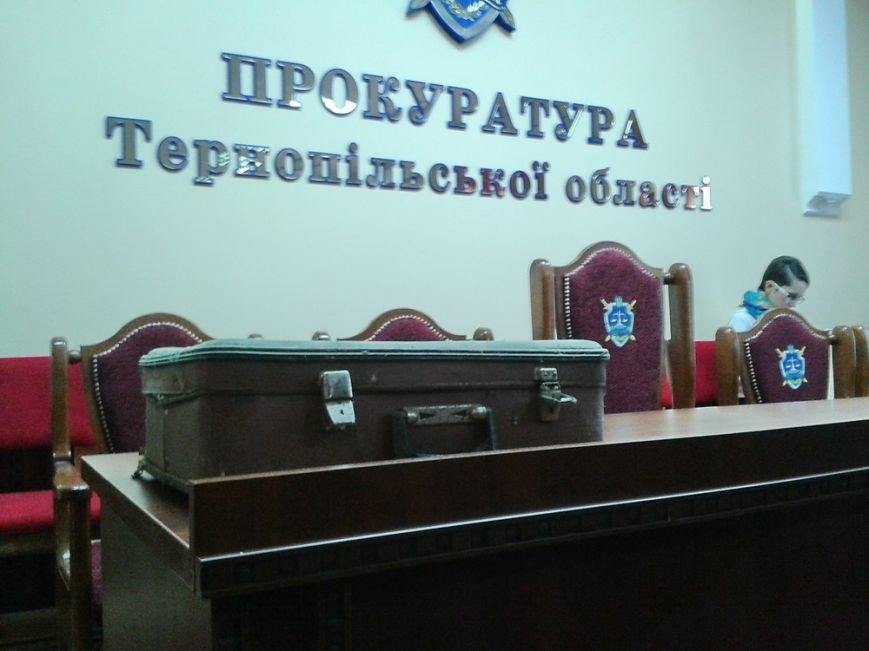 У Тернополі керівництву прокуратури подарували валізу, щоб пакувати речі (фото) (фото) - фото 1