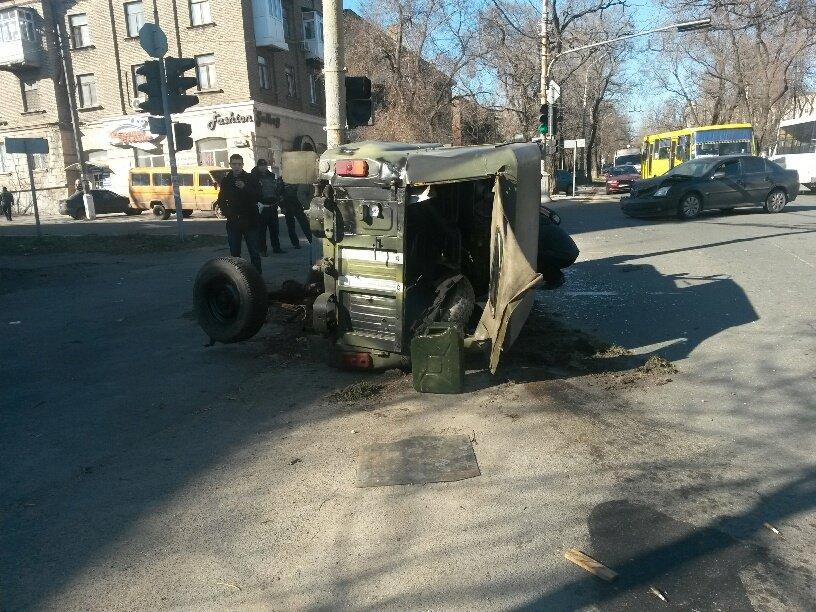 В Мариуполе военный ВАЗик столкнулся с легковушкой (ФОТО) (фото) - фото 1