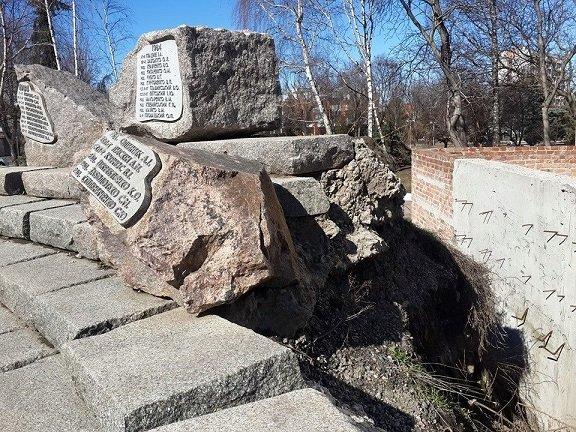Пам'ятник воїнам-інтернаціоналістам у центрі Черкас обвалюється, фото-1