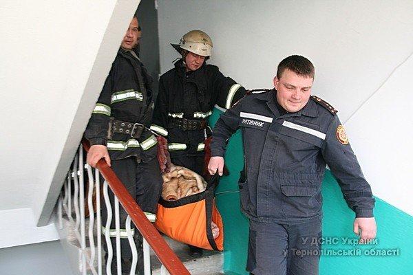 У Тернополі рятувальники допомогли медикам забрати хвору жінку в лікарню (фото) (фото) - фото 1