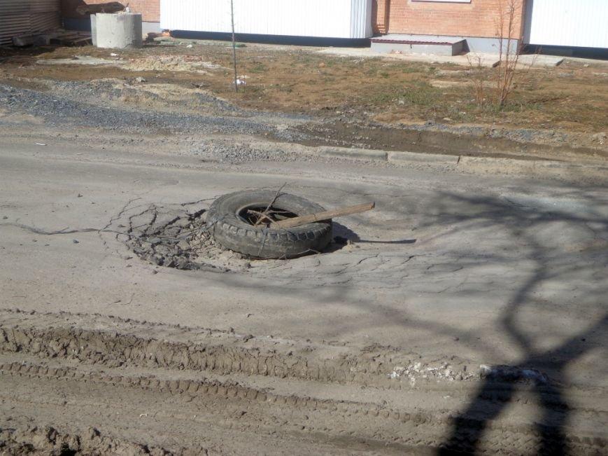 У Полтаві дорожню яму «ліквідували» шиною та палицею (фото) - фото 1