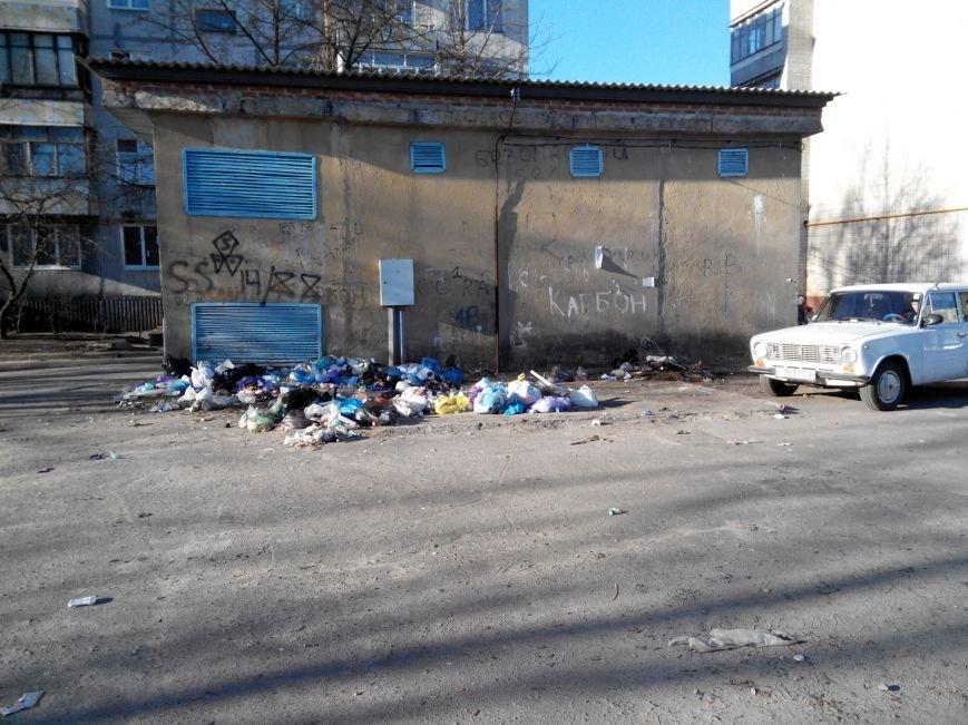 В Сумах  жители Зеленко устроили перед входом в детсад «Золотой ключик» стихийную свалку (ФОТО) (фото) - фото 1