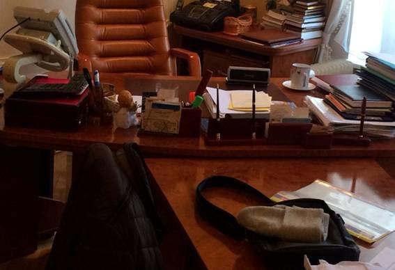 У кабінеті ректора одного із вишів Львова знайшли два мільйона гривень на 5 кг золота (ФОТО) (фото) - фото 1