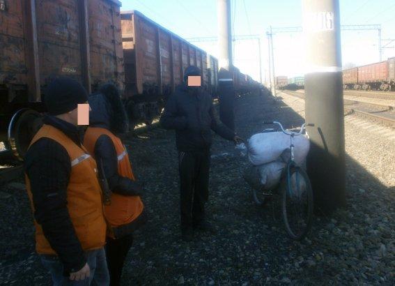 На станции Красноармейск задержан 19-летний парень, который пытался украсть уголь (фото) - фото 1