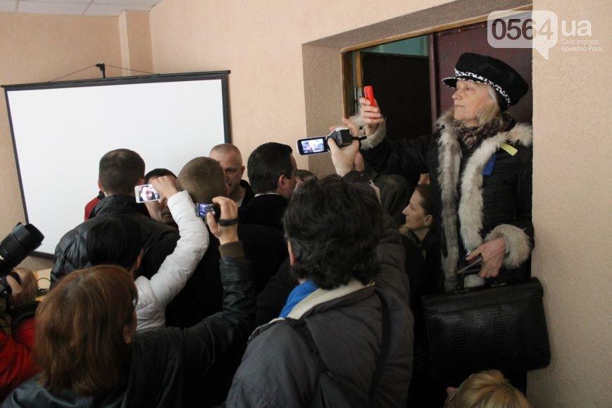 В Кривом Роге: на глазах хозяина горела квартира, Президент наградил бойцов 40 батальона, в горисполкоме общественные слушания перенесли (фото) - фото 3
