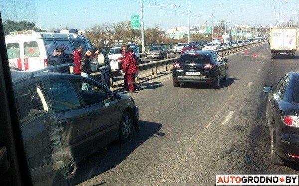 На Румлевском мосту собралось в «паровозик» три автомобиля: водителям вызвали «скорую» (фото) - фото 4