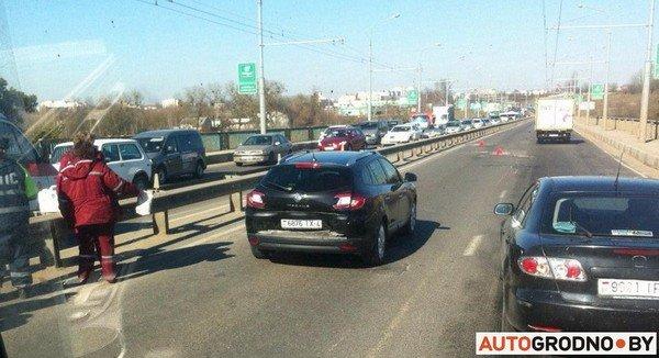 На Румлевском мосту собралось в «паровозик» три автомобиля: водителям вызвали «скорую» (фото) - фото 5