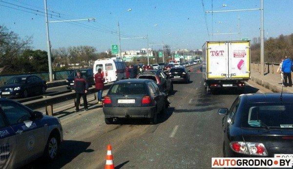 На Румлевском мосту собралось в «паровозик» три автомобиля: водителям вызвали «скорую» (фото) - фото 1