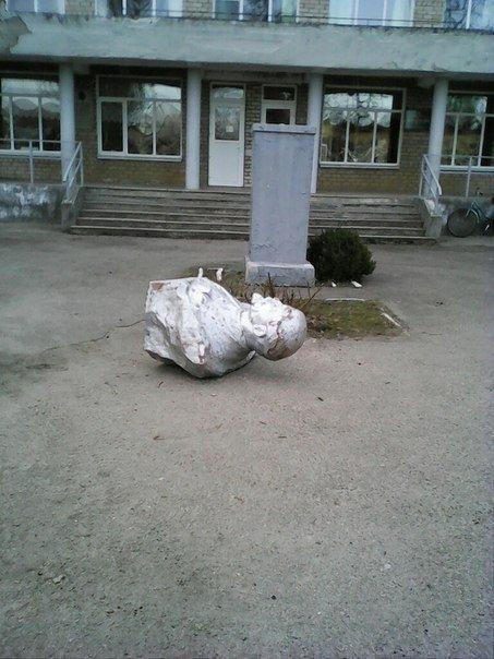 В Запорожской области упал Ленин в Михайловке (ФОТО) (фото) - фото 1