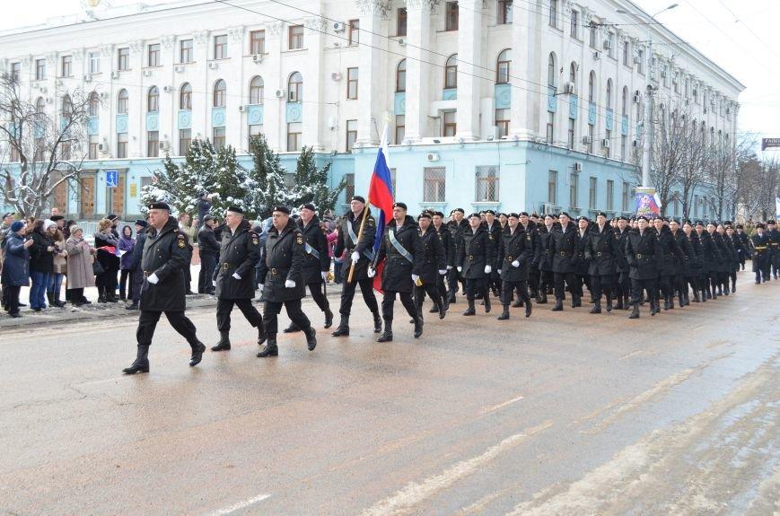 По центру Симферополя под звуки оркестра промаршировали военные (ФОТО, ВИДЕО), фото-1
