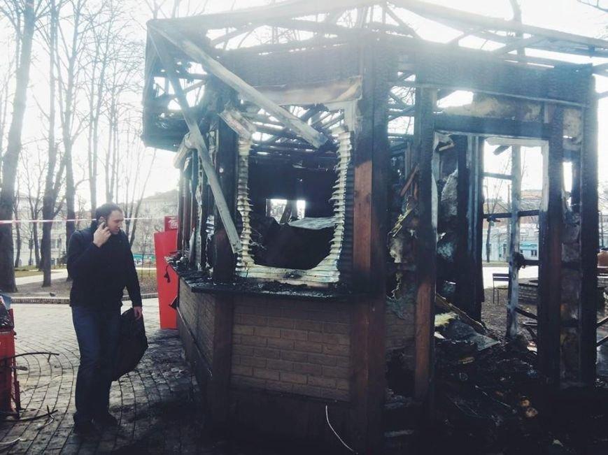 В Киеве в парке Шевченко дотла сгорел торговый киоск (ФОТОФАКТ) (фото) - фото 1
