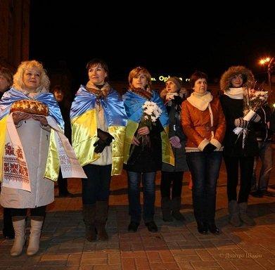Пізно вночі 73 бійців з Черкас зустріли містяни на Соборній площі (фото) - фото 1